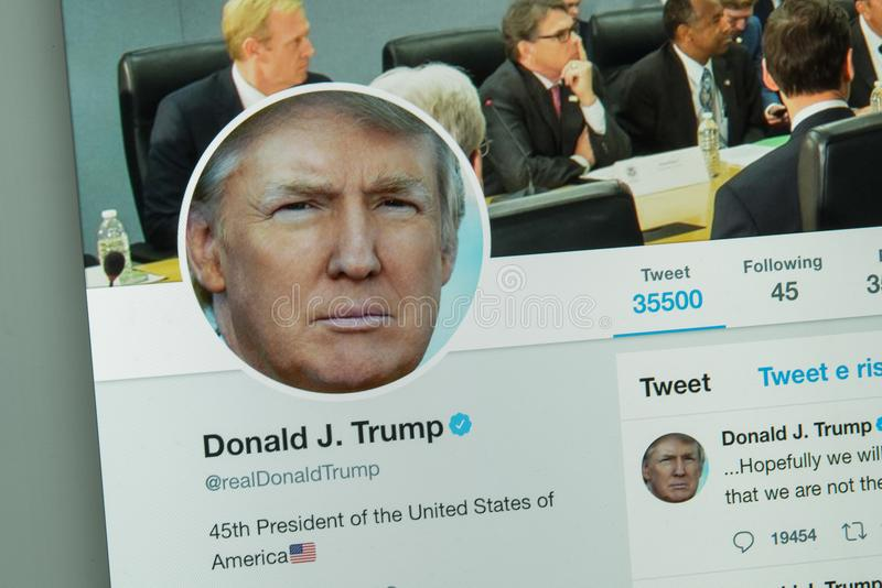 Milan, Italie - 10 août 2017 : Donald Thrump et x27 ; site Web de Twitter de s photographie stock libre de droits