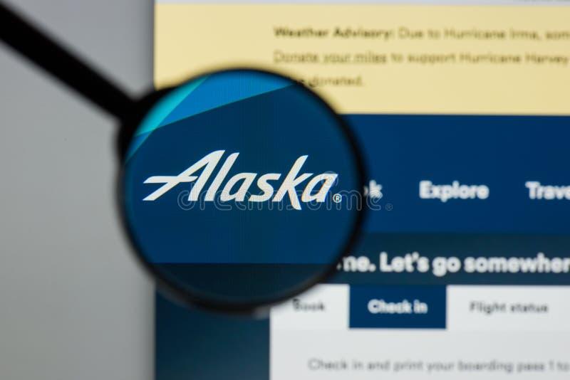 Milan, Italie - 10 août 2017 : Homepag de site Web de groupement aérien de l'Alaska photographie stock libre de droits