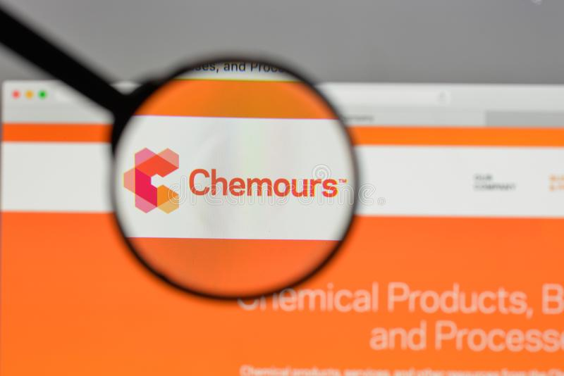Milan, Italie - 10 août 2017 : Logo de Chemours sur le site Web ho photos stock