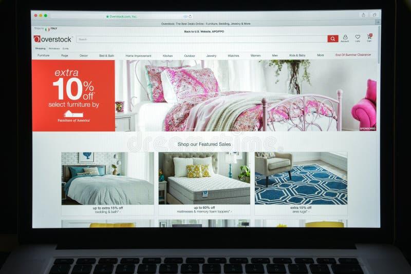 Milan, Italie - 10 août 2017 : Page d'accueil de site Web d'Overstock Il I photo stock