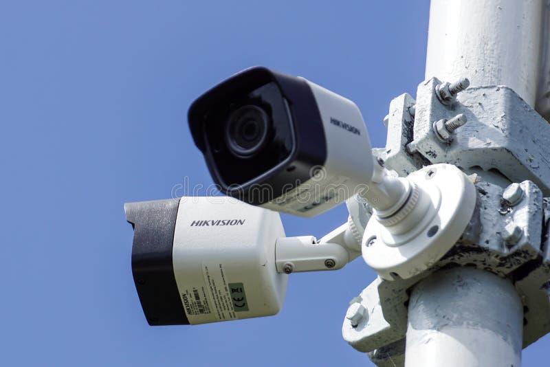 Milan, Italie - 10 ao?t 2018 : Vid?os surveillance de vid?o de Hikvision sur le poteau La marque est r?pandue dans tout image libre de droits