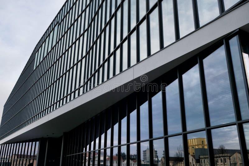 Milan, ITALIE architecture moderne EN FÉVRIER 2019 dans la nouvelle place Adriano Olivetti dans les sud de la ville, reconstructi image libre de droits