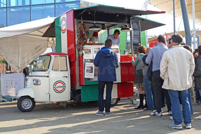 MILAN, ITALIE -16 EN OCTOBRE 2015 : les gens ont aligné dans un de la nourriture en général italienne de rue de chariots image libre de droits