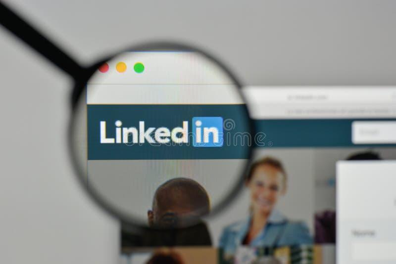 Milan, Italie - 1er novembre 2017 : Logo de Linkedin sur le site Web ho images libres de droits