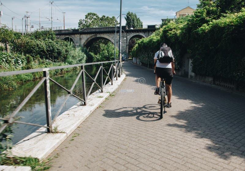 Milan ITALIE - juillet 2018 cycliste le long du canal de Martesana à Milan photographie stock libre de droits