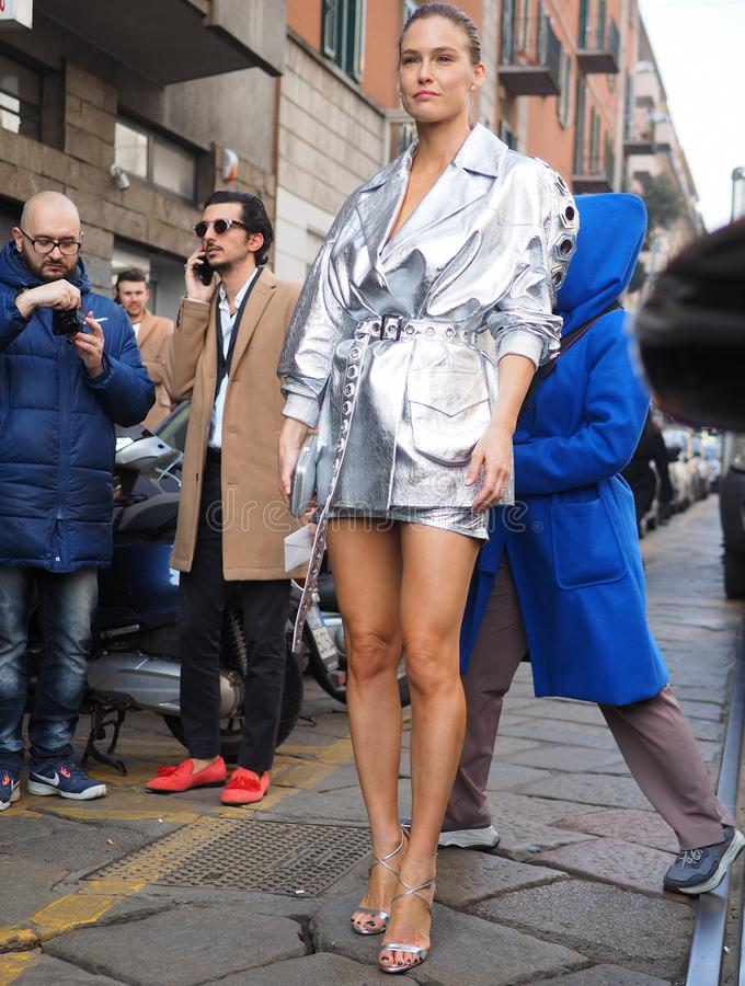 MILAN, Italie : Le 20 février 2019 : Équipement de style de rue de blogger de mode photos libres de droits