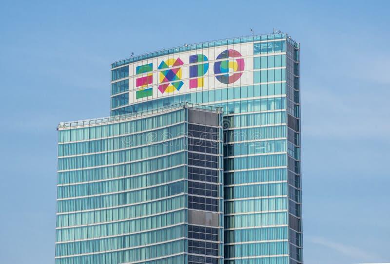 Milan (Italie) 06/06/2014 : Le symbole de l'EXPO 2015 sur le nouveau palais régional de Milan dans la région de Milan Porta Nuova photos stock