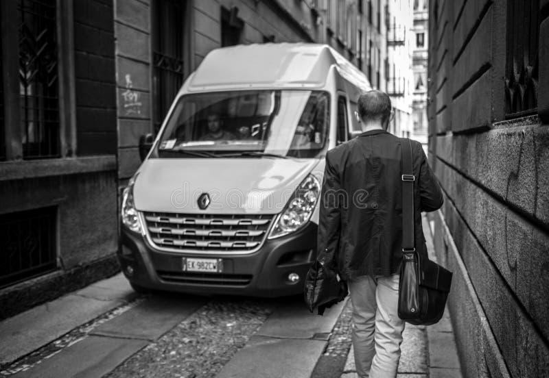Milan, Italie - 23 mars 2016 : Le jeune homme ont une promenade par le récit photographie stock libre de droits