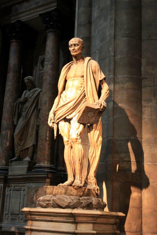 MILAN, ITALIE - sculpture intérieure iconique St Bartholomew en cathédrale de Duomo image libre de droits