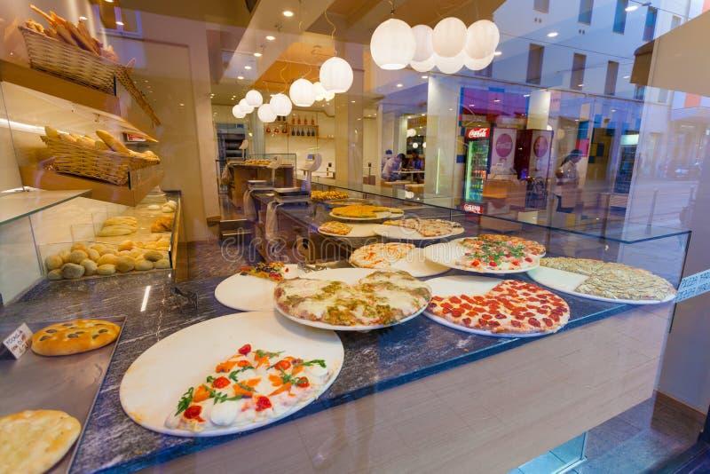 MILAN, ITALIE - 12 septembre 2016 : Morceaux savoureux de pizza et de focacce délicieuse dans la pizzeria de rue image stock