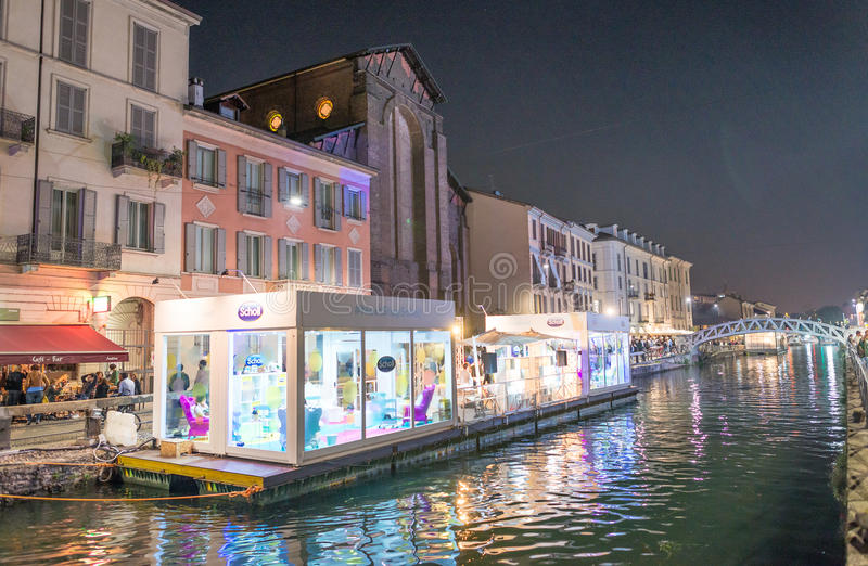 MILAN, ITALIE - 25 SEPTEMBRE 2015 : Touristes le long de Navigli au Ni images stock