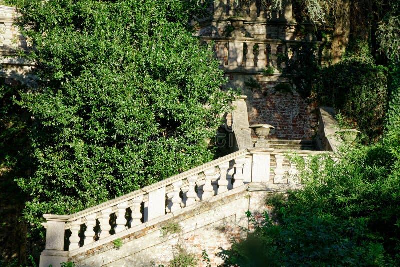Milan, Italie - septembre, 27, 2018 : Vieille villa abandonnée dans la forêt, maison avec le concept d'horreur de fantôme photo stock