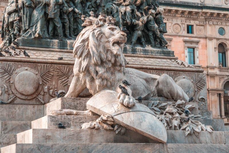 Milan, Italie - 14 08 2018 : Statue équestre du Roi Vittorio Em photos stock