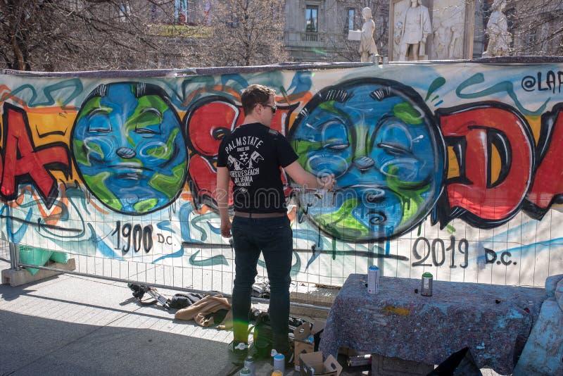 MILAN, ITALIE, 15/03/2019, vendredi pour l'avenir, un artiste de rue faire une bannière pour expliquer l'effet de la pollution su photos libres de droits