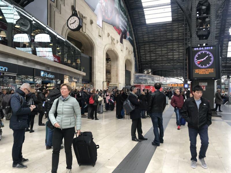 MILAN ITALIEN - APRIL 9 2018 - Milan Central järnvägsstationgalande arkivfoton