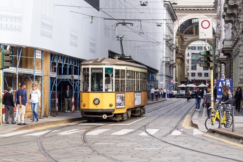 MILAN ITALIEN - APRIL 11, 2015: För spårvagnATM för tappning orange grupp 1500 på gatan av Milan, Italien arkivfoto