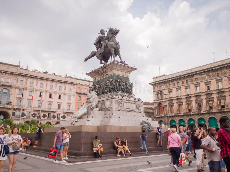Milan Italien - Augusti 11, 2018: En sikt på den huvudsakliga fyrkanten av Milan, piazza del Duomo, med statyn av Vittorio royaltyfri foto