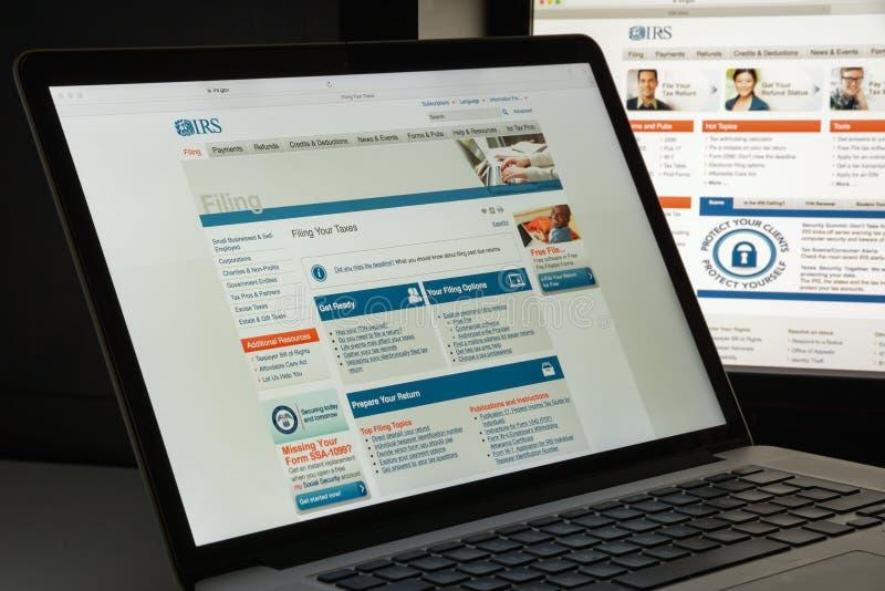 Milan Italien - Augusti 10, 2017: Irs-websitehomepage Det är intäktservicen av Förenta staternafederala regeringen Irs-logo arkivbilder