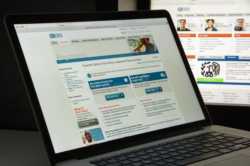 Milan Italien - Augusti 10, 2017: Irs-websitehomepage Det är intäktservicen av Förenta staternafederala regeringen Irs-logo royaltyfria foton
