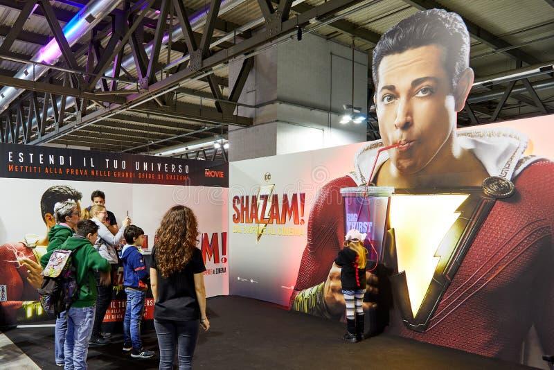 Milan Italien - den Cartoomics för mars 8 2019 komiker lurar besökare för att spela och posera för foto på den Shazam ställningen arkivfoton