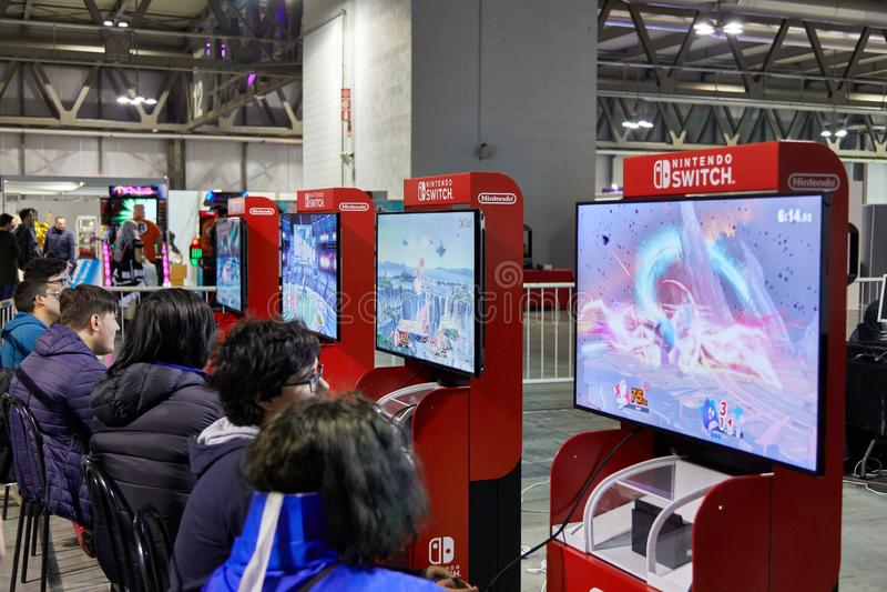 Milan Italien - den Cartoomics för mars 8 2019 komiker lurar besökare på den Nintendo strömbrytareställningen arkivbild