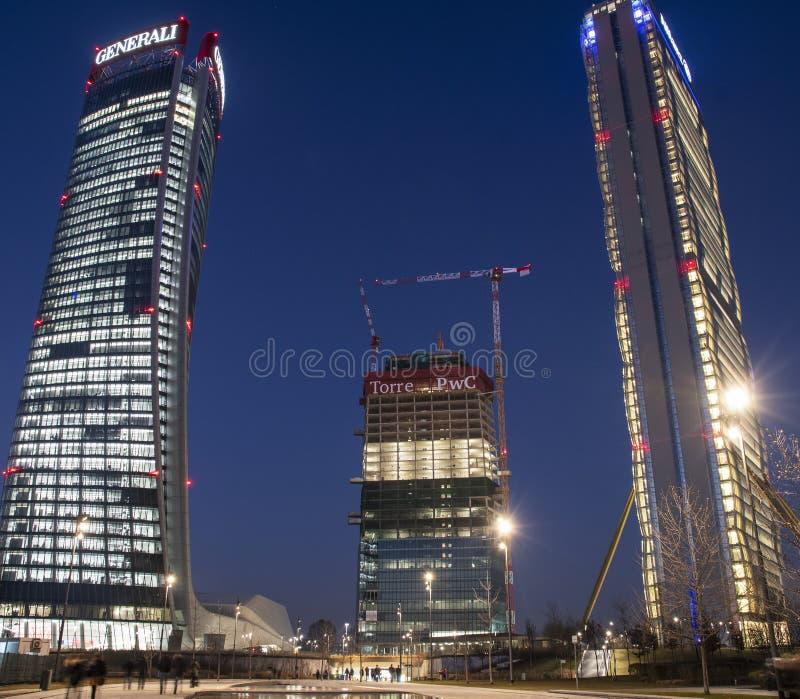 Milan Italien - 5 Februari 2019: Citylife vid natten, Milan royaltyfri fotografi
