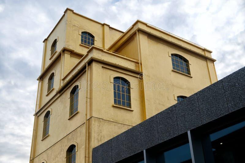 Milan, ITALIEN FEBRUARI 2019 - det Fondzione Prada museet - guld- gul varm byggnad och himmel med moln arkivbilder