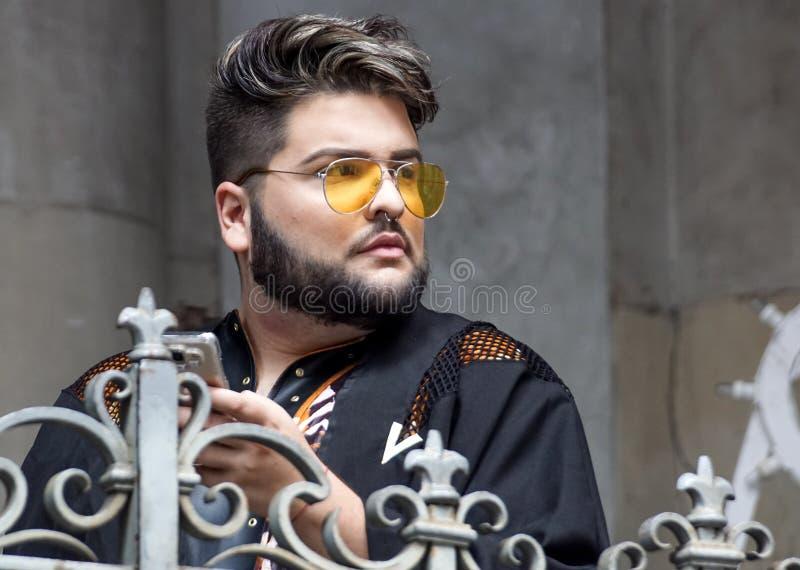 MILAN ITALIEN - JANUARI 19: För Gucci för folkhopsamling utvändig byggnad modeshow för vecka för mode för Milan Men ` s på JANUAR royaltyfri bild