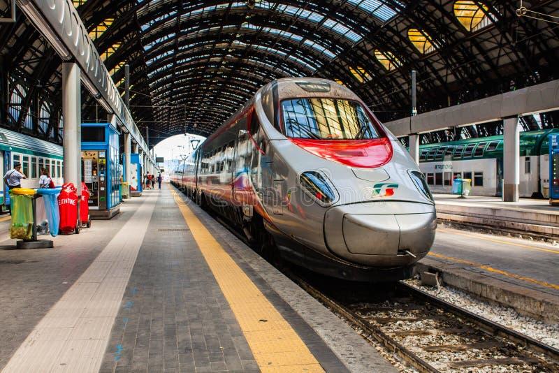 MILAN ITALIEN - JULI 14, 2016 Milan Central Station snabbt drev Trenitalia Frecciarossa, röd pil arkivfoto