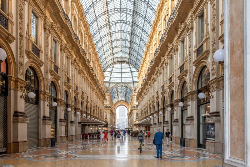MILAN ITALIEN - Juni 21, 2018: Galleria Vittorio Emanuele II i Milano Detta är en av de äldsta shoppinggalleriorna för världs` s royaltyfri bild