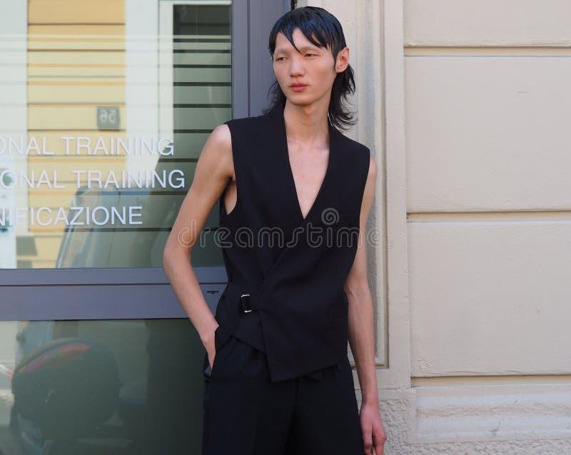 MILAN ITALIEN - JUNI 18, 2018: Modellera mannen som poserar för fotograf i gatan för AALTO-modeshow royaltyfria bilder