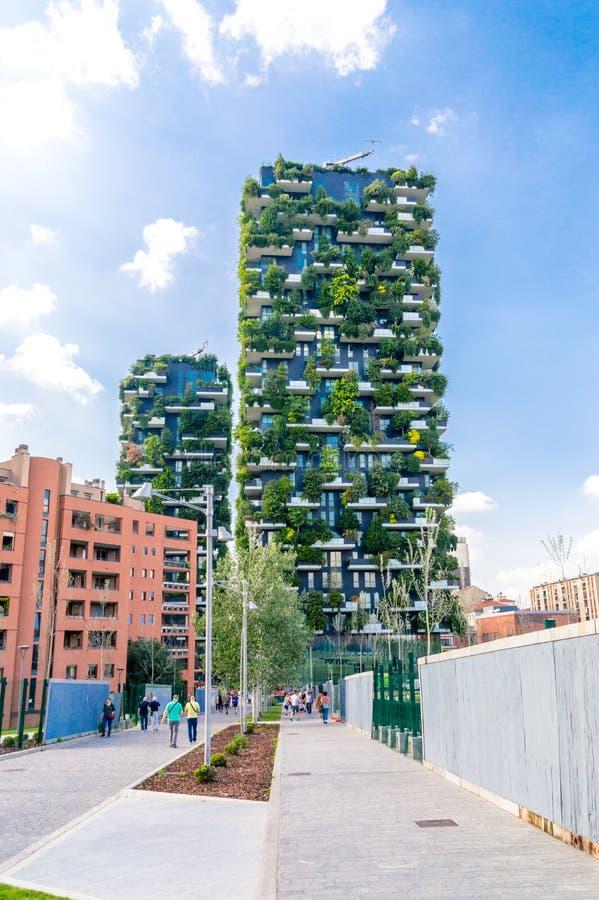 Milan Italien - Maj 29, 2018: Bosco Verticale vertikal skog ap royaltyfri bild