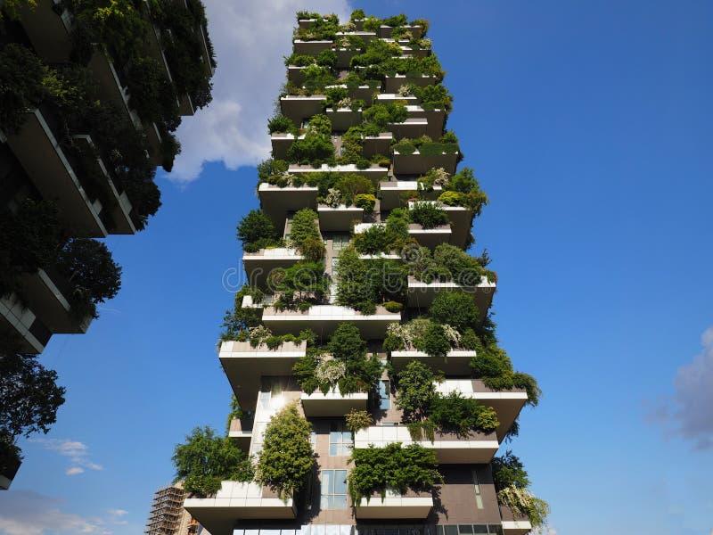 MILAN ITALIEN - Maj 12, 2018: Bosco Verticale - vertikal skogskyskrapa med träd som växer på balkonger arkivfoto