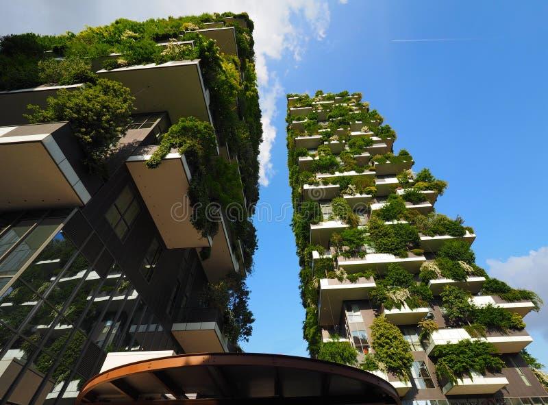 MILAN ITALIEN - Maj 12, 2018: Bosco Verticale - vertikal skogskyskrapa med träd som växer på balkonger royaltyfri fotografi