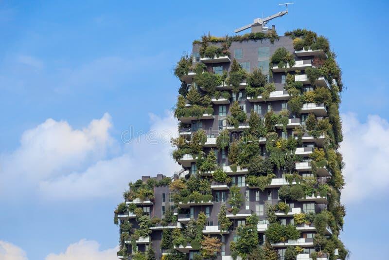 Milan Italien - Maj 04 2018: Bosco Verticale vertikala skoghyreshusar i det Porta Nuova området av staden arkivfoto