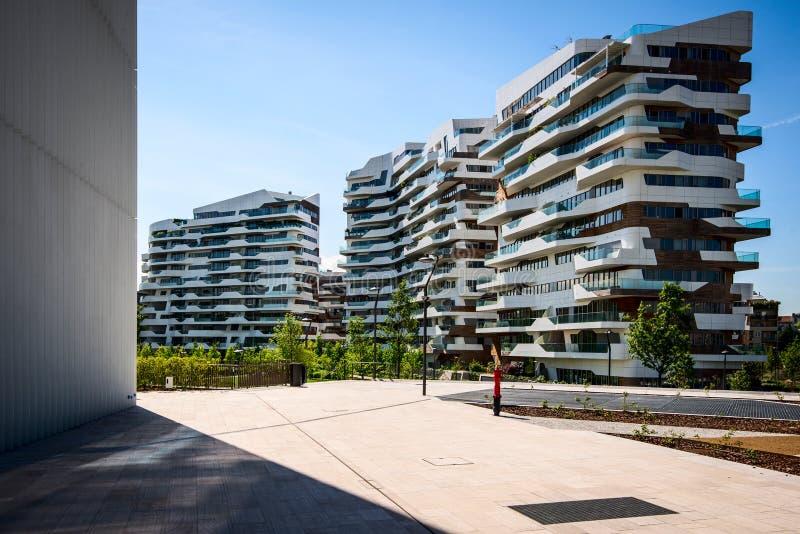 MILAN ITALIEN - MAJ 04 2016: CityLife Milan bostads- byggnader nära det Allianz tornet royaltyfri fotografi