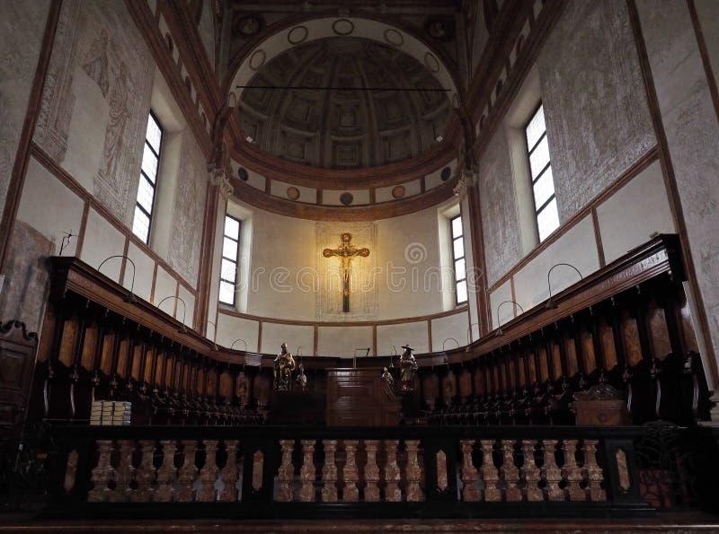 MILAN ITALIEN - MAJ 3, 2018: Den inre kyrkan av Santa Maria delle Grazie specificerar altaret och kör italy arkivfoton