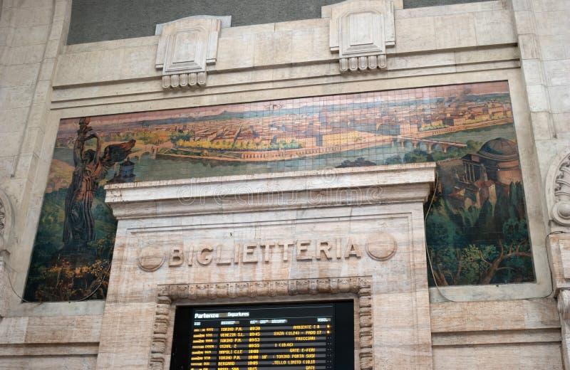 Milan Italien - 10 Maj 2018: Inre av Milan den centrala järnvägsstationen Den Milan järnvägsstationen är den största järnvägen arkivfoto