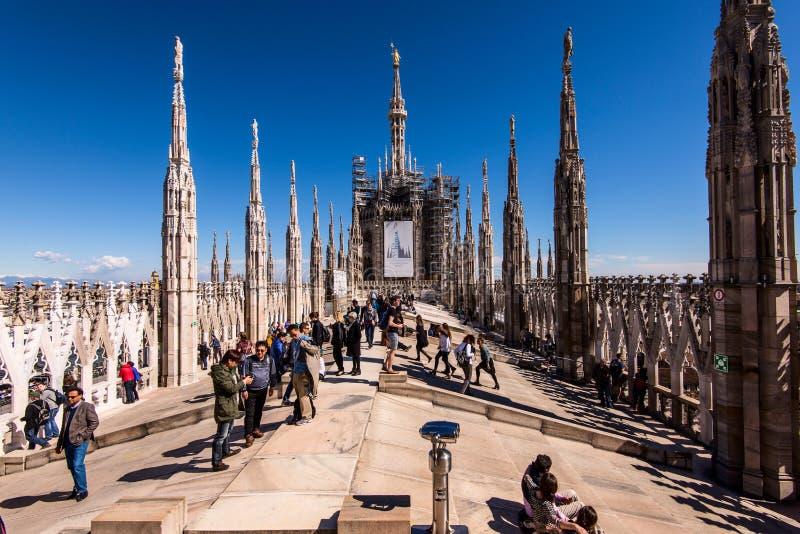 MILAN ITALIEN MARS 27 2015: några personer på Duomotaket terrasserar i en solig dag royaltyfria foton