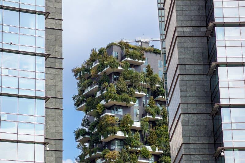 MILAN ITALIEN - MARS 9, 2018: Vertikal skog för skyskrapa med träd som växer på balkonger som byggs för expon 2015 arkivfoton