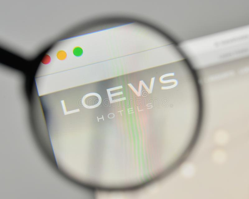 Milan Italien - November 1, 2017: Loews logo på websitehomepen royaltyfria bilder