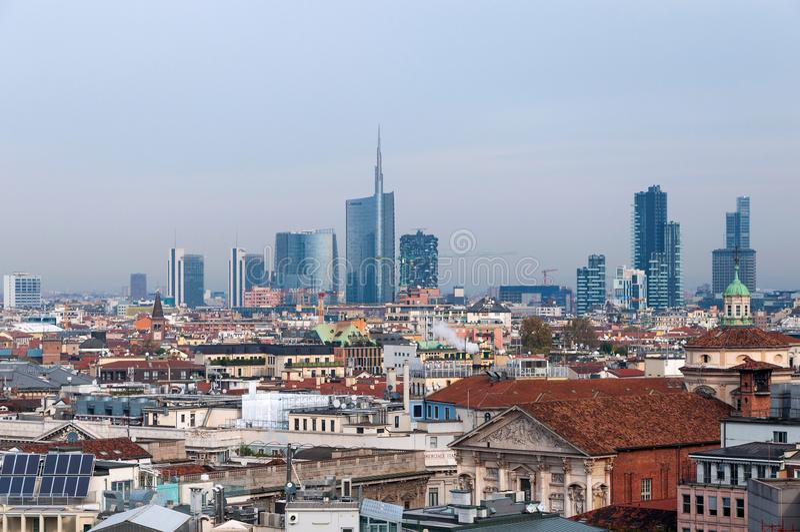 MILAN ITALIEN - NOVEMBER 9, 2016: Panoramautsikt av det Milan affärsområdet från dina Milano för Duomo för observationsdäck arkivbilder