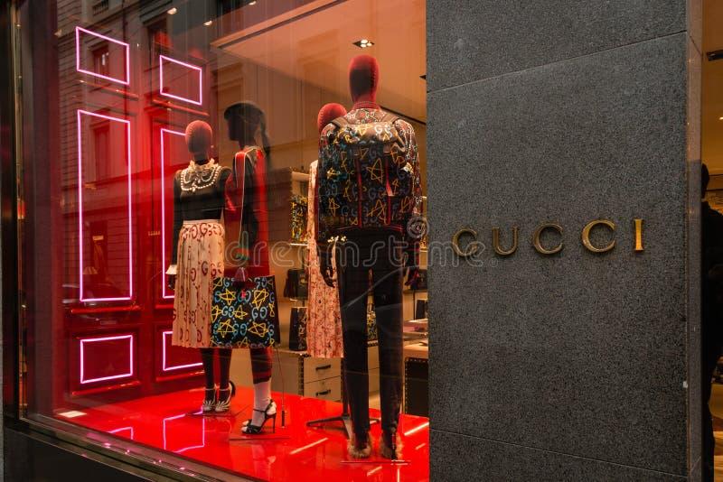 Milan Italien - Oktober 9, 2016: Shoppa fönstret och ingången av en Gu fotografering för bildbyråer