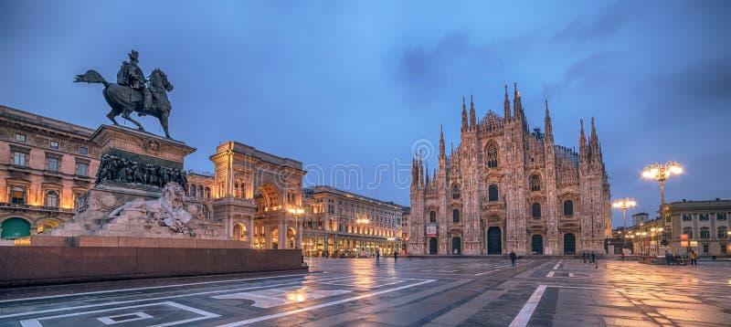 Milan Italien: Piazza del Duomo, domkyrkafyrkant i soluppgången royaltyfria bilder