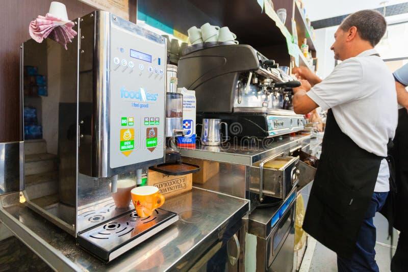 MILAN ITALIEN - September 07, 2016: Barista förbereder kaffe i ett litet hemtrevligt kafé i morgonen i Milan Verklig levande kaff royaltyfri bild