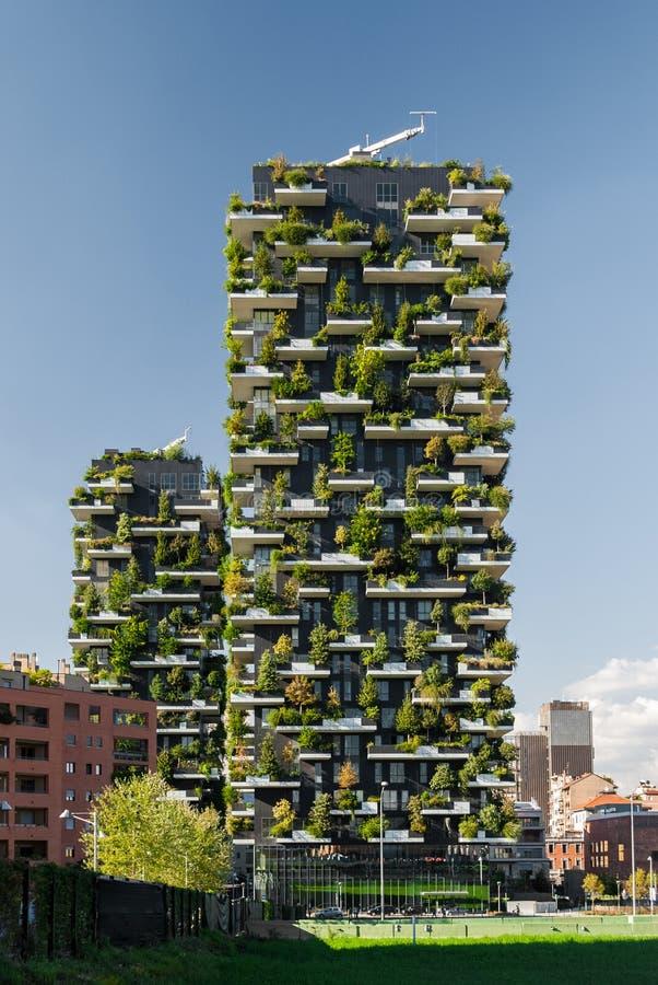 MILAN ITALIEN - SEPTEMBER 19 2015: ' Bosco Verticale ' är ett par av två bostads- torn i Milan royaltyfria bilder