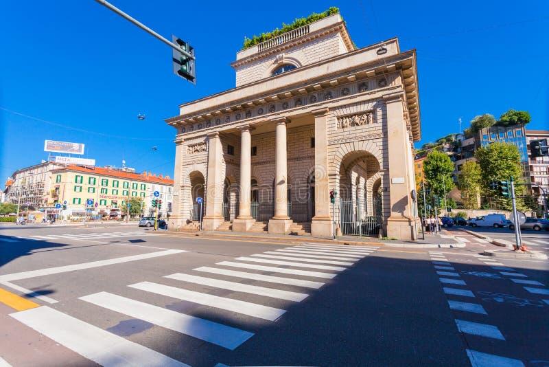 MILAN ITALIEN - September 06, 2016: En gatasikt av den härliga historiska gränsmärket - Porta Venezia tvärgata på avenyn Buenos A fotografering för bildbyråer