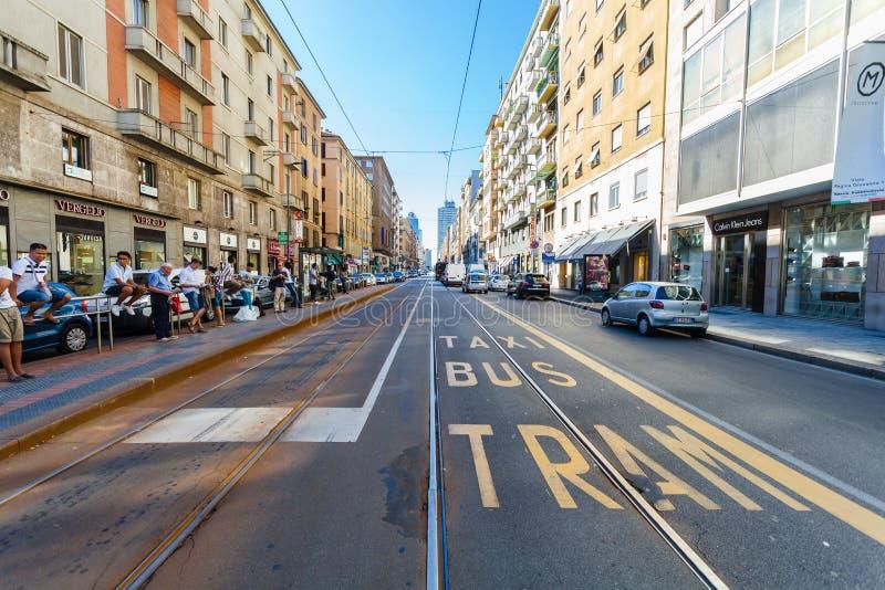 MILAN ITALIEN - September 06, 2016: En sikt av bussen, drevet, taxistationen på den Tunisien gatan (Viale Tunisien) och delen av fotografering för bildbyråer
