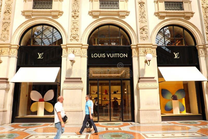 MILAN ITALIEN - SEPTEMBER 10, 2018: Fasad av det Louis Vuitton lagret royaltyfria foton