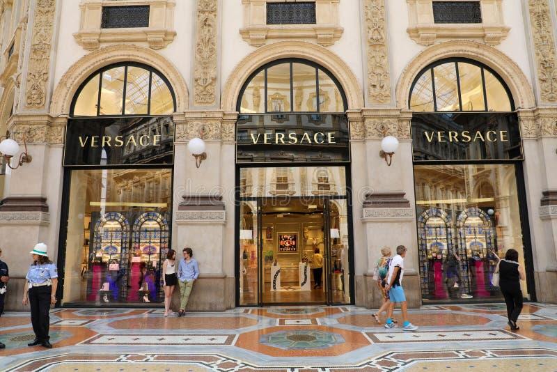 MILAN ITALIEN - SEPTEMBER 10, 2018: Fasad av Versace lagerinsid arkivbilder